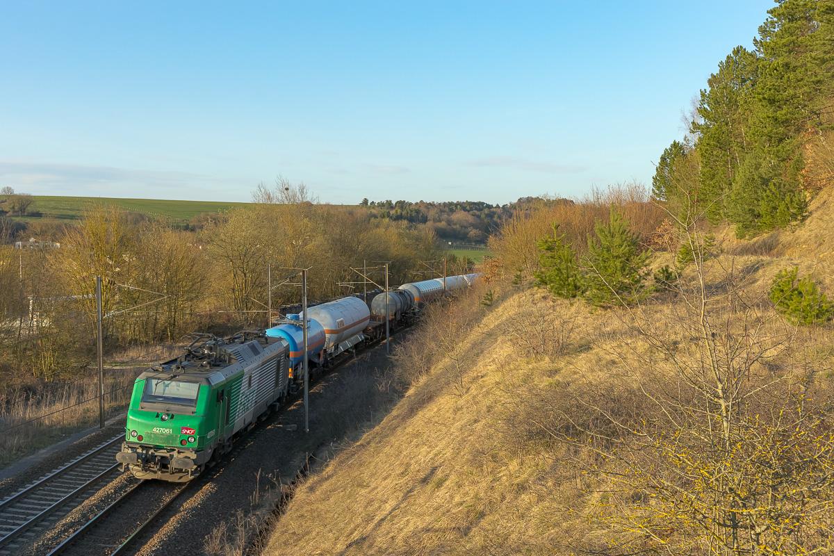 La BB27061 s'apprête à aborder le complexe de Lérouville en tête du train inter-triage 54052 Woippy - Le Bourget.