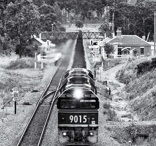 Traversée de la gare de Branxton pour ce lourd convoi mené par les mythique Class 90.