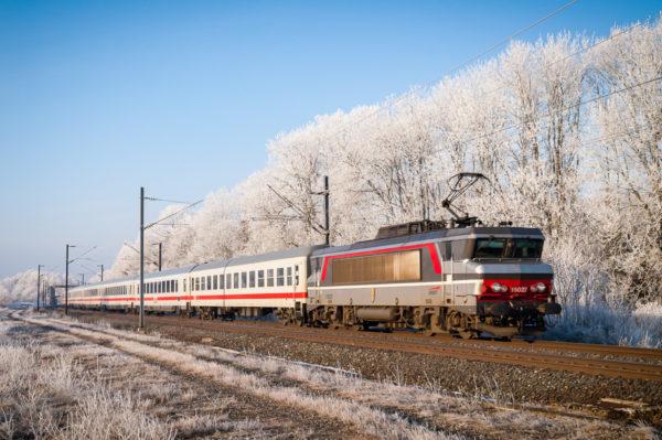 Depuis 2003, l'Eurocity65 a pour destination Munich et se compose de voiture de la DB. Ce matin de janvier, la BB15027 (Creutzwald) est à l'œuvre. Janvier 2006.