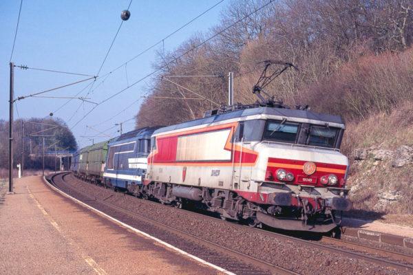 Image inhabituelle d'une BB15000 en tête d'un train de fret : la 45 est photographiée devant une rame de copeau de bois (la 67411 est en véhicule) à destination de Hausbergen. Mars 1999.