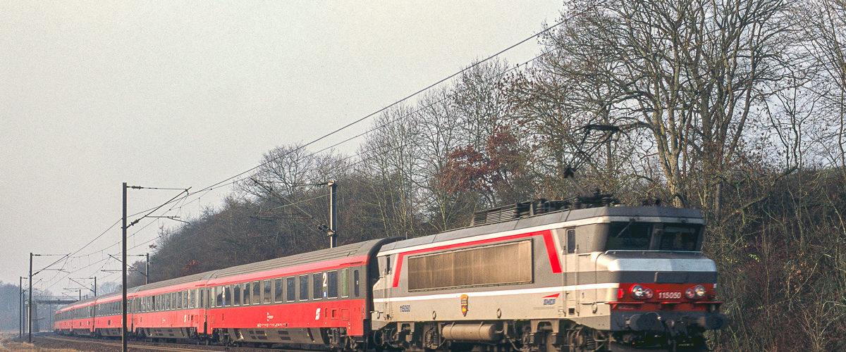 Décembre 2003 : l'Eurocity Mozart à destination de vienne (Autriche) traverse pour une dernière fois la gare de Mont-sur-Meurthe derrière la BB15050. Le sillon sera repris par une rame allemande à destination de Munich.