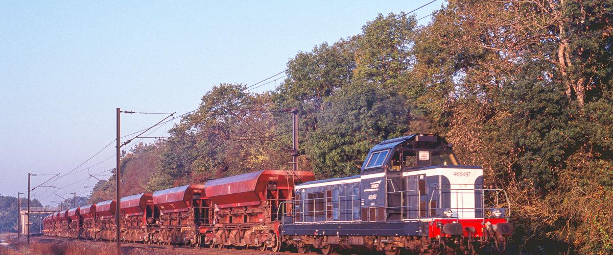 La BB66497 est une des rares machines de la série à ne pas avoir été transformée en 69400. Elle brille dans l'humidité d'un matin d'automne. Octobre 2005.