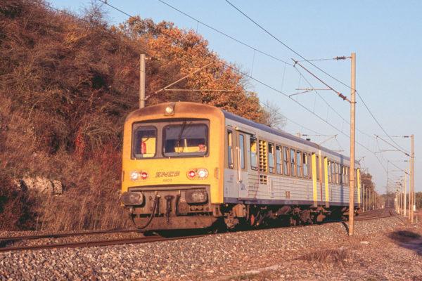 Petit coup de zoom sur l'EADX4800 en provenance de Saint-Dié. Cet élément est issu de la transformation d'un autorail postal. Octobre 2005.