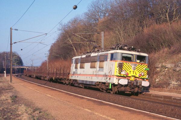 La BB16782 assure une marche d'essai en tête d'un train de 1500m. Mars 1999.