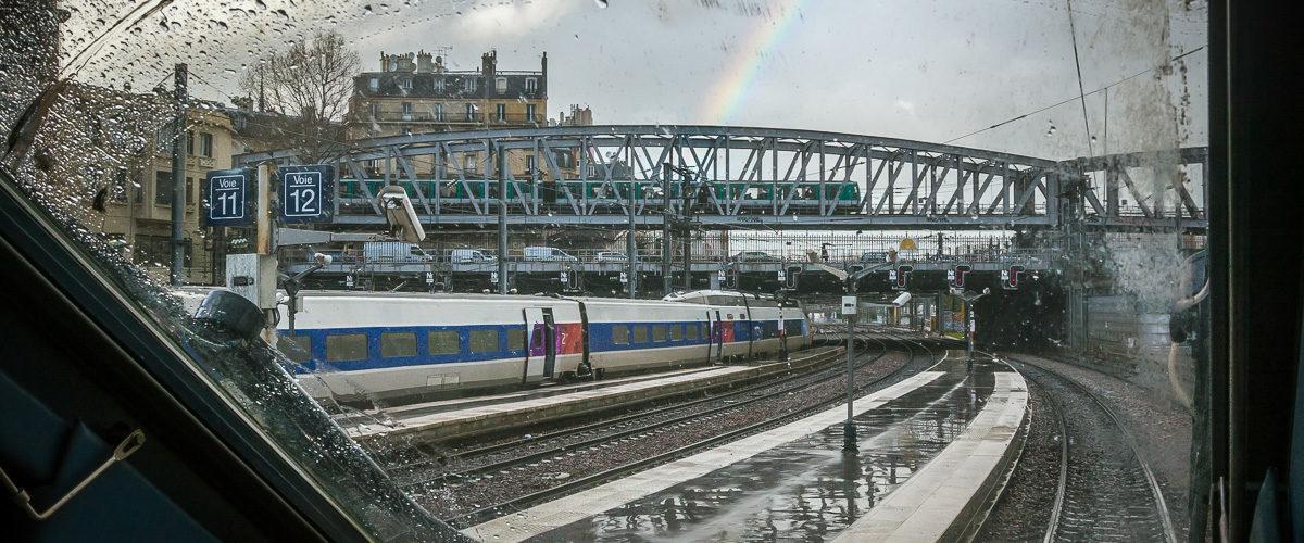 Un arc-en-ciel s'impose dans un ciel parisien bien morose et illumine une rame de la ligne 2 du métro.