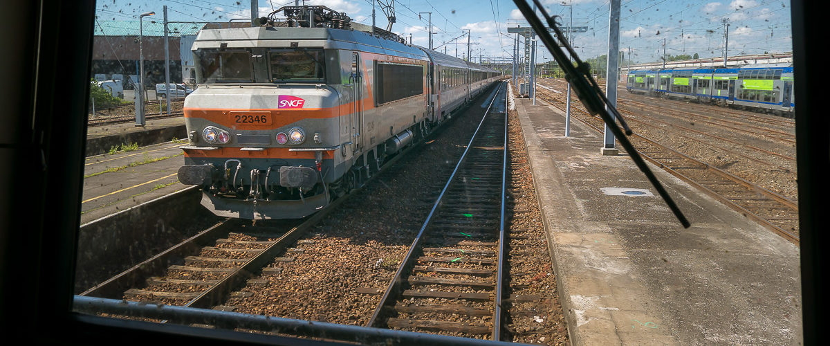 La gare de St-Quentin est baignée par un beau soleil alors qu'arrive la BB22346 et son train corail à destination de Maubeuge.