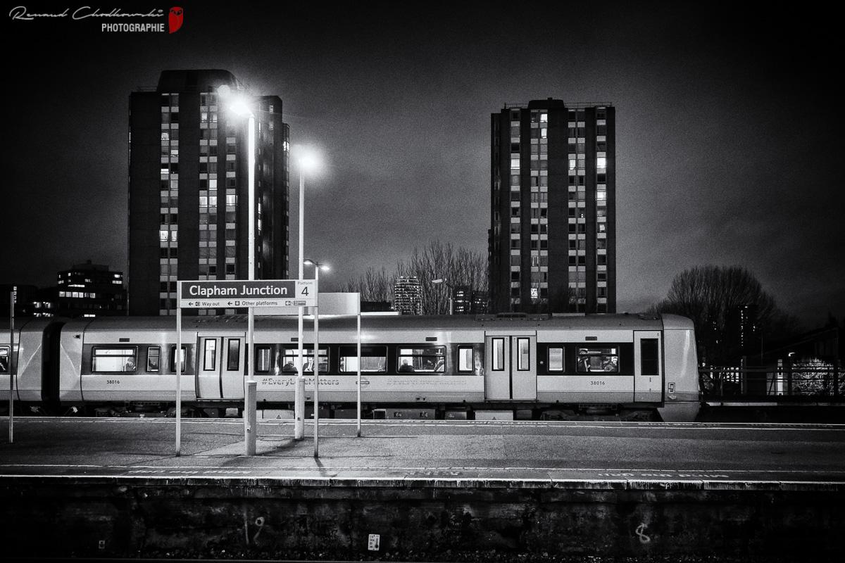 Une rame de la ligne London Overground est prête au départ.