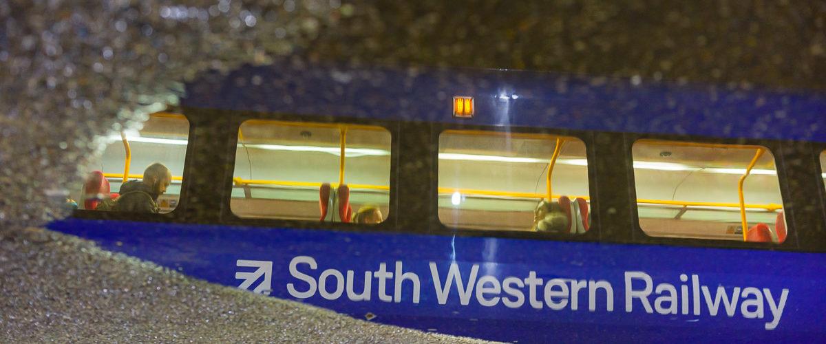 Effet miroir sur le quai de la gare de Clapham Junction, la gare avec le trafic le plus important du Royaume Uni.